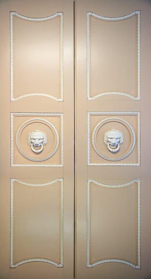 Download богато украшенный закрытых дверей старое Стоковое Фото - изображение насчитывающей антиквариаты, деревянно: 6861650