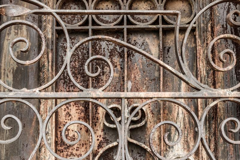 Богато украшенный заржаветый чугунный строб и дверь кладбища Что строб стоковая фотография rf
