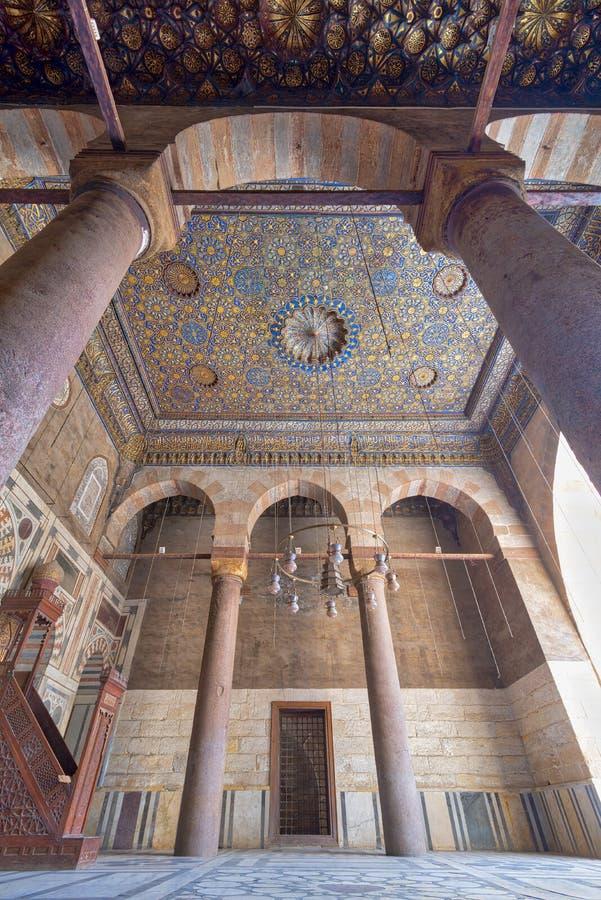 Богато украшенный потолок при голубые и золотые украшения цветочного узора обрамленные сводом и 2 столбцами, мечетью Barquq султа стоковое фото rf