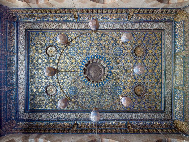 Богато украшенный потолок с голубыми и золотыми украшениями цветочного узора на мечети Barquq султана, Каире, Египте стоковые изображения rf