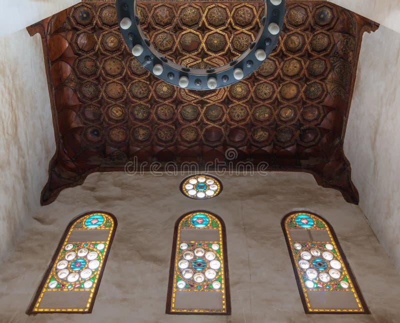 Богато украшенный потолок с золотыми украшениями цветочного узора и красочными витражами на историческом дворце Bashtak, Каире, Е стоковые изображения rf