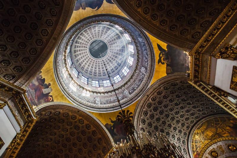 Богато украшенный потолок в интерьере собора Казани в s стоковые фото