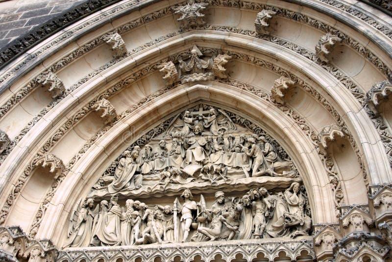 Богато украшенный свод над дверью церков стоковая фотография