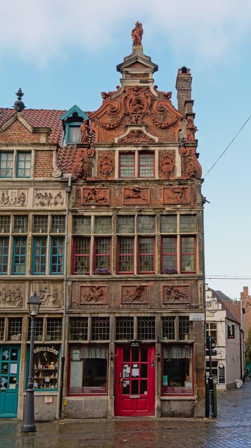 Богато украшенный средневековый дом в известном районе Patershol в Генте стоковые фото