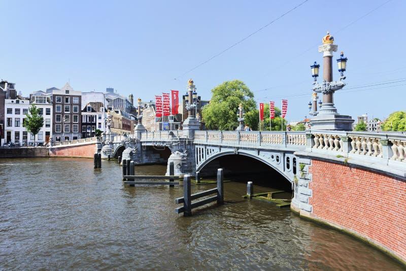 Богато украшенный старый мост в городке Амстердама старом. стоковые фото