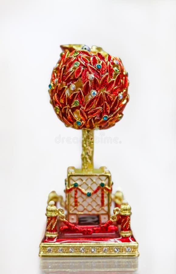 Богато украшенный сувенир яйца Faberge красного цвета и золота в официальном магазине на музее Faberge для туристов в Санкт-Петер стоковые фото