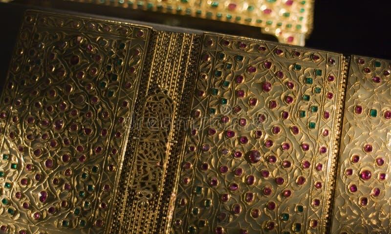 Богато украшенный с рубинами и Кораном изумрудов стоковое фото
