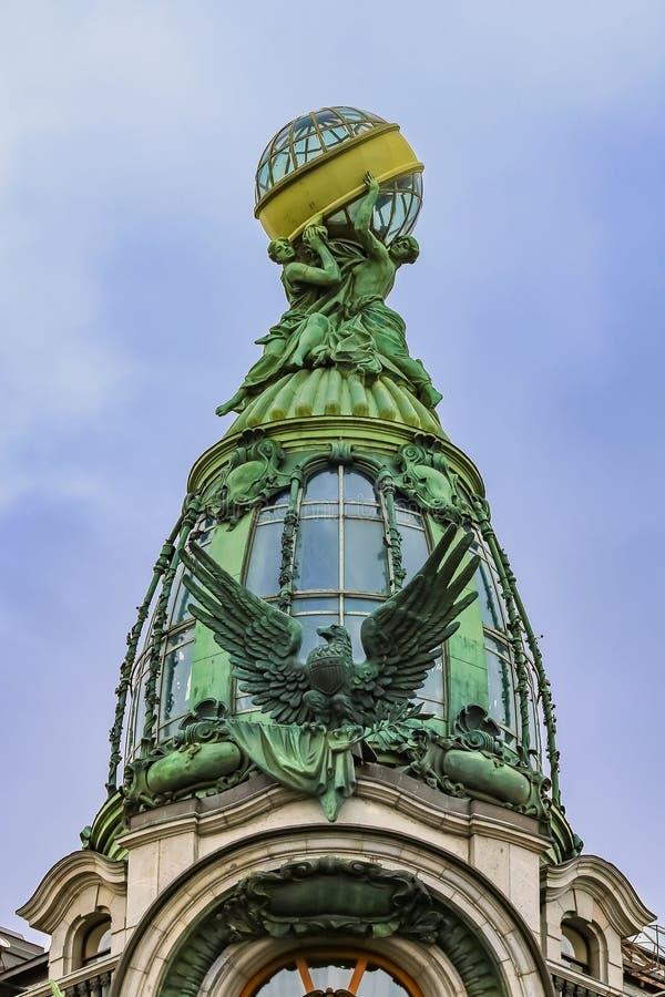 Богато украшенный фасад стиля Арт Деко здания компании певицы Zinger исторического или дом книг на перспективе Nevsky в Санкт-Пет стоковое фото rf