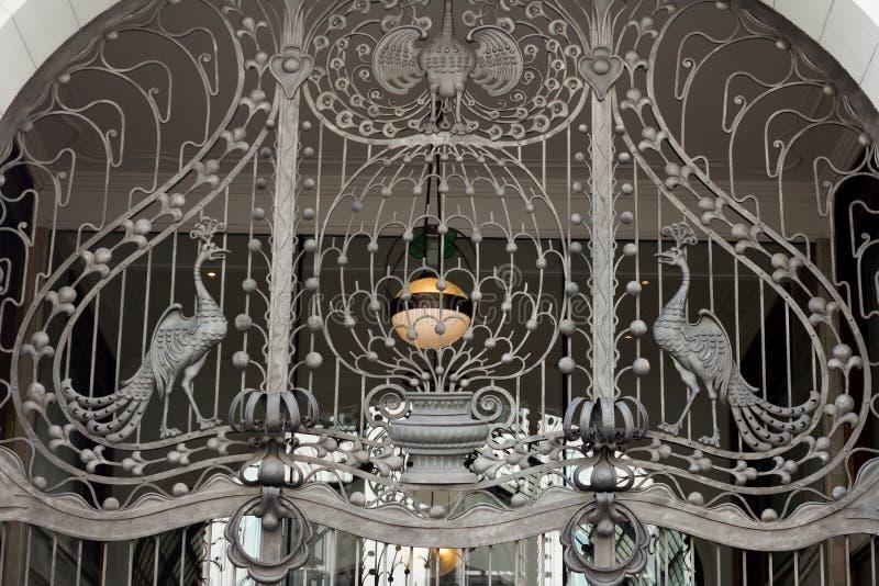 Богато украшенный чугунный строб стоковое изображение rf