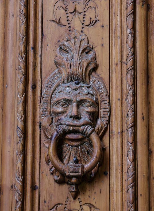 Богато украшенный Knocker на старой деревянной двери стоковая фотография