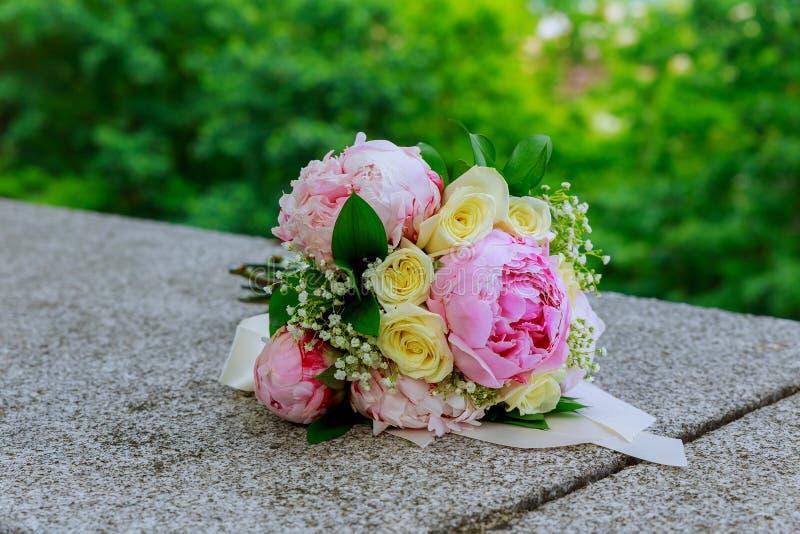 Богатый букет розовых пионов и цветков eustoma белых роз, зеленого цвета выходит свежий букет весны стоковая фотография