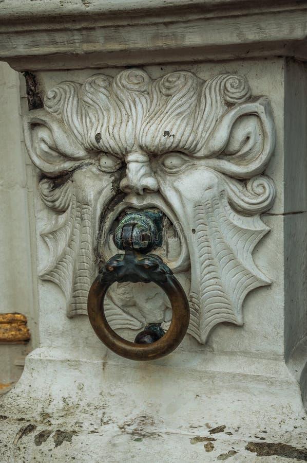 Богатый и элегантный мраморный хмурый взгляд украшая историческое здание в центре города Брюгге стоковые изображения