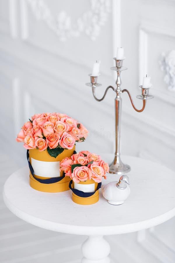 Богатый пук розовых eustoma и роз цветет, зеленые лист в букете весны руки свежем Предпосылка лета состав стоковые фото