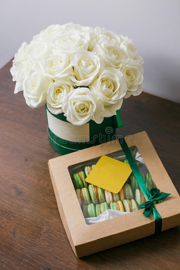 Богатый пук розовых eustoma и роз цветет, зеленые лист в букете весны руки свежем Предпосылка лета состав стоковые фотографии rf
