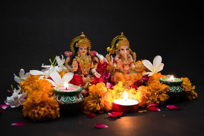 Богиня Lakshmi и лорд Ganesha для счастливого торжества праздника фестиваля Diwali предпосылки Индии приветствуя стоковые фотографии rf