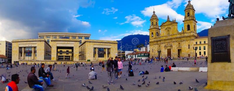 БОГОТА, КОЛУМБИЯ 22-ОЕ ОКТЯБРЯ 2017: Панорамный взгляд неопознанных людей идя и фотографируя в Bolivar придает квадратную форму стоковое изображение