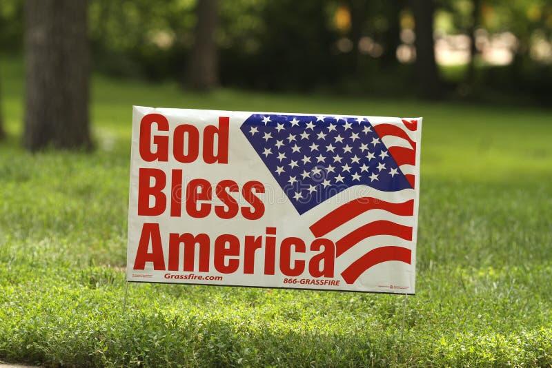 Бог благословляет знак Америки на ралли чаепития стоковое изображение