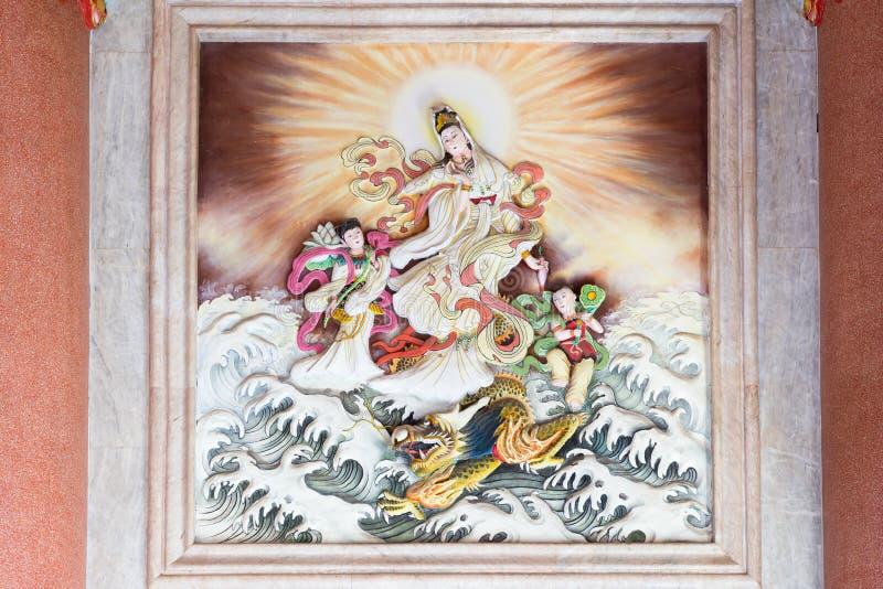 Бог и дракон Guan Yin (Guan Im) китайские в океане стоковая фотография