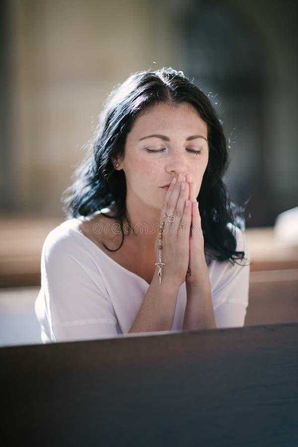 бог моля к женщине стоковое изображение rf