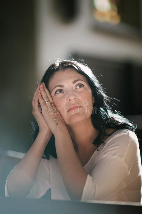 бог моля к женщине стоковая фотография rf