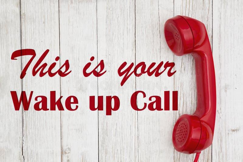 Бодрствование вверх по тексту звонка с ретро красной телефонной трубкой телефона стоковые фотографии rf