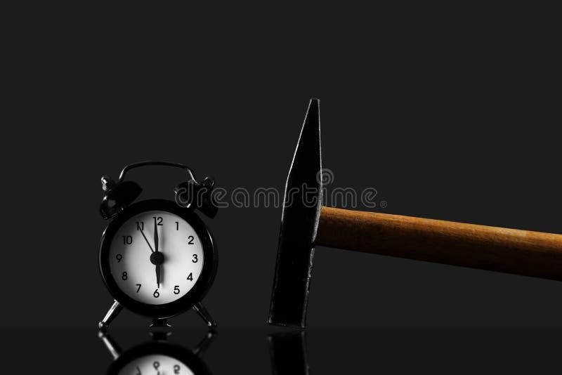 Бодрствование вверх с молотком на черной предпосылке Черный изолированный будильник старого стиля стоковое фото rf