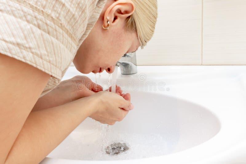 Бодрствования женщины от сна и ее очищали ее сторону в утре стоковые фотографии rf