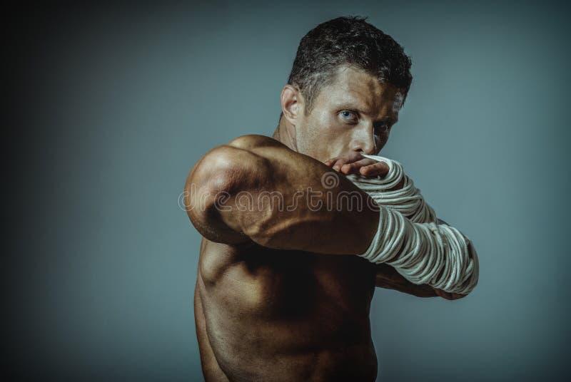 Боец улицы сильного человека, веревочкой раны руки. стоковые фотографии rf