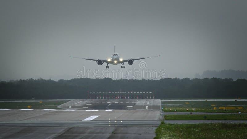 Боинг 777 авиакомпаний Federal Express Federal Express причаливая к авиапорту стоковые изображения rf