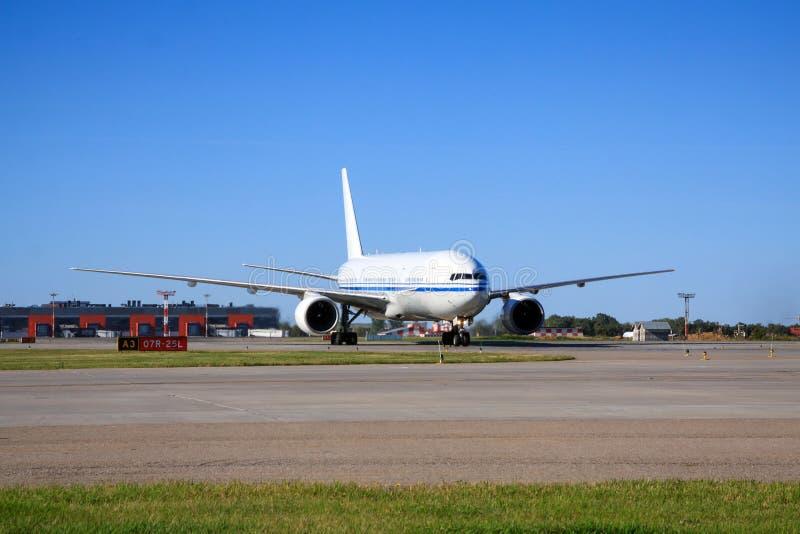 Боинг 777 ездя на такси в авиапорте стоковые фотографии rf