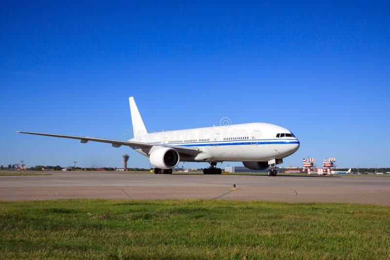 Боинг 777 ездя на такси в авиапорте стоковое изображение