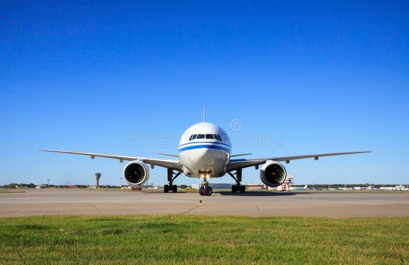 Боинг 777 ездя на такси в авиапорте стоковое фото rf