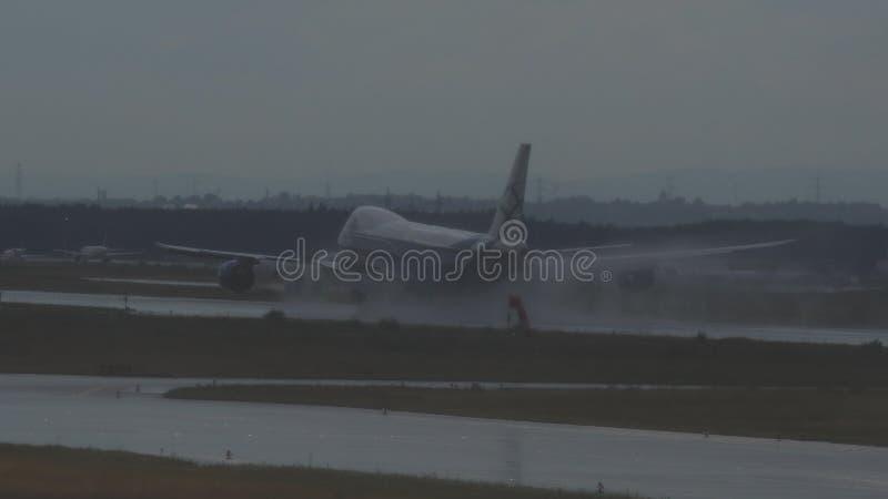 Боинг 747 посадки груза AirBridge через проливной дождь стоковые изображения