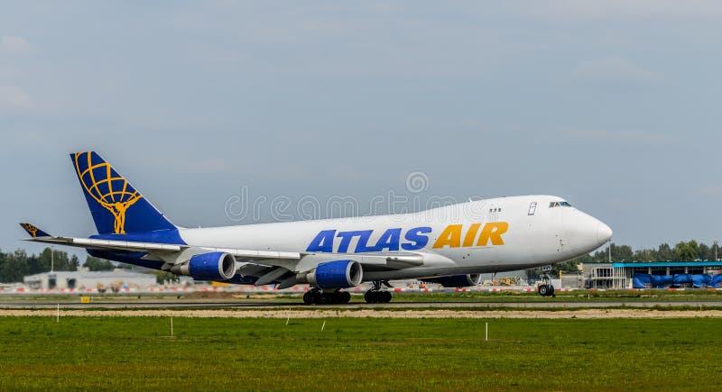 Боинг 747 принимая на авиапорт Риги стоковое изображение rf