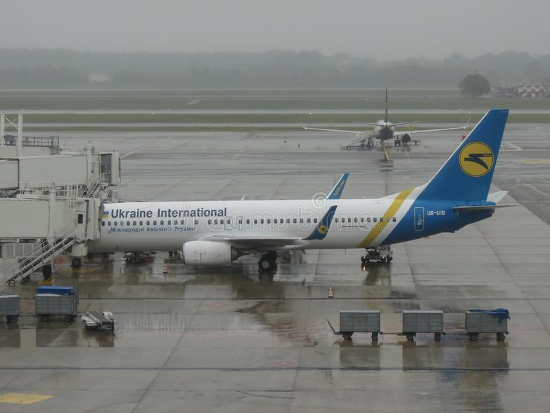 Боинг 737-800 припаркованное в Милане Malpensa стоковое изображение rf
