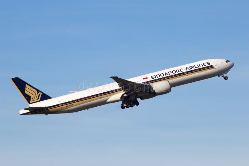 Боинг 777 Сингапоре Аирлинес стоковые фотографии rf