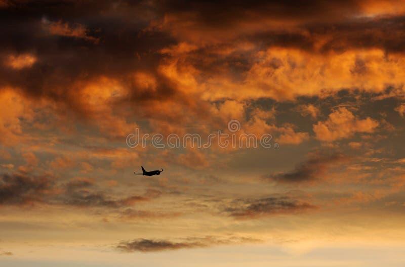 Боинг 737 уходит на заходе солнца стоковое изображение
