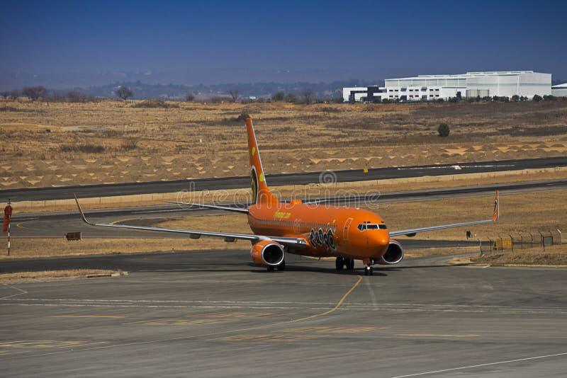 Боинг 737-8BG (WL) - манго - ZS-SJO стоковые изображения rf