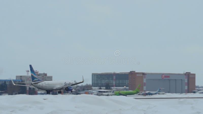 Боинг 737-86N VQ-BMP причаливая в авиапорте Tolmachevo в Новосибирске, Российской Федерации видеоматериал