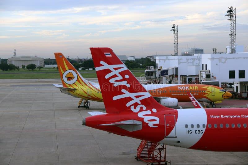 Боинг 737-800 Nokair и кабель самолета тайского Air Asia, аэробуса A320 припаркованы на месте для стоянки стоковая фотография rf