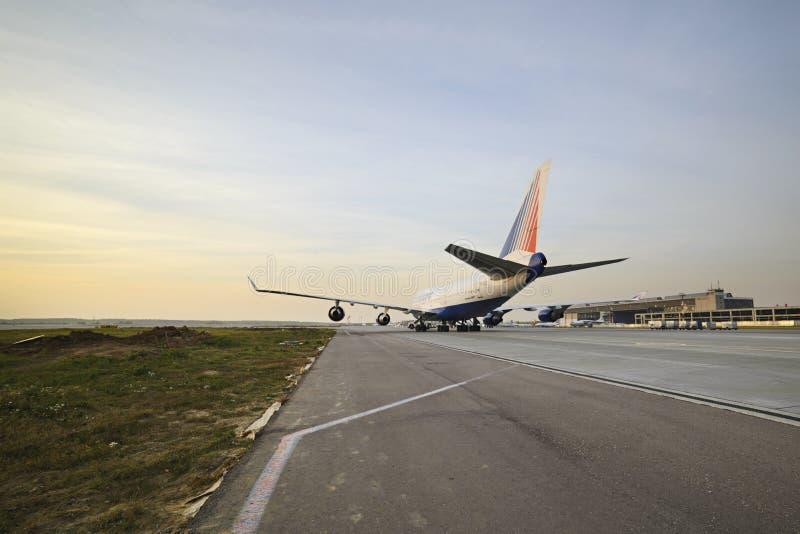 Боинг 747 Transaero ездя на такси к взлётно-посадочная дорожка стоковые изображения rf