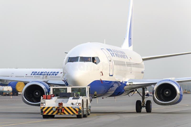 Боинг 737 Transaero отбуксированное к взлётно-посадочная дорожка стоковая фотография