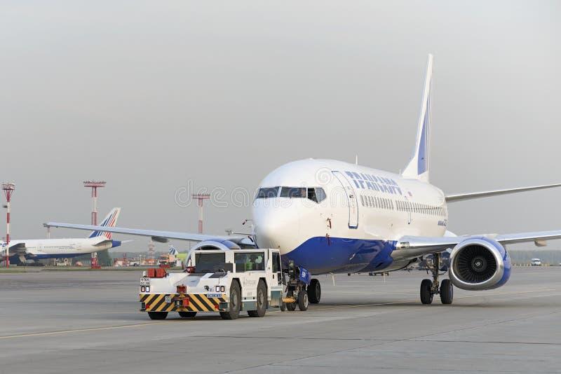 Боинг 737 Transaero отбуксированное к взлётно-посадочная дорожка стоковые фото