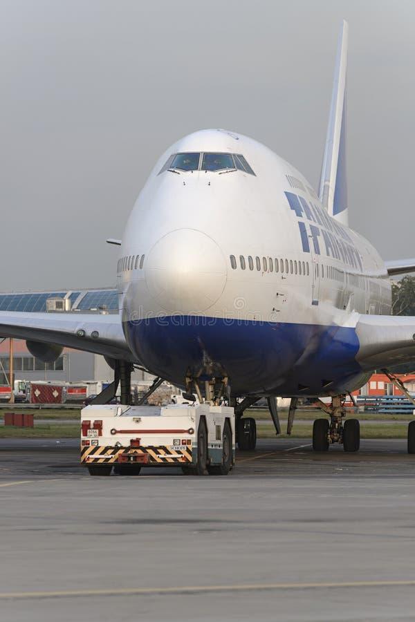 Боинг 747 Transaero отбуксированное к взлётно-посадочная дорожка стоковые изображения