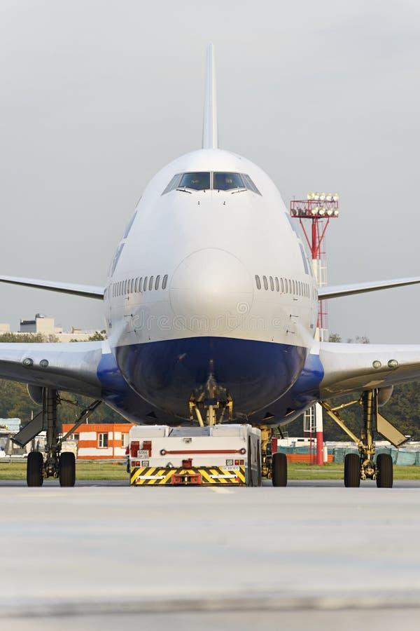 Боинг 747 Transaero отбуксированное к взлётно-посадочная дорожка стоковая фотография