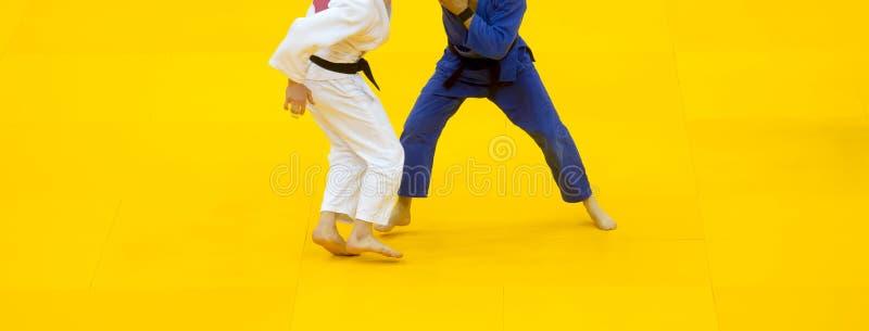2 бойца дзюдо в белой и голубой форме стоковое изображение