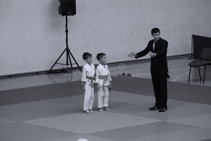 Бойцы с рефери на румынском чемпионате, младшие Jiu Jitsu, май 2018 стоковые изображения rf