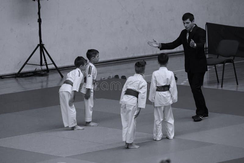 Бойцы с рефери на румынском чемпионате, младшие Jiu Jitsu, май 2018 стоковое изображение rf