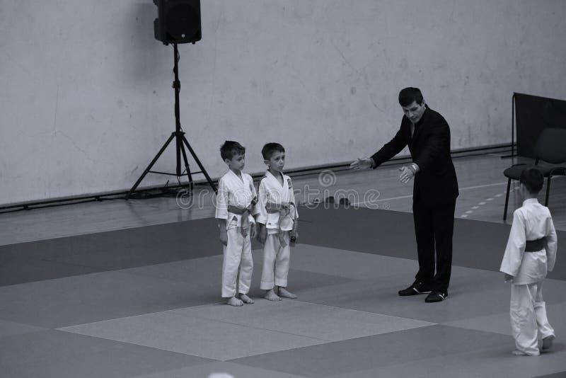 Бойцы с рефери на румынском чемпионате, младшие Jiu Jitsu, май 2018 стоковое фото rf