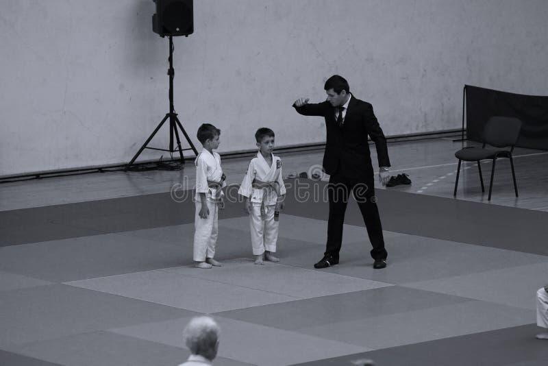 Бойцы с рефери на румынском чемпионате, младшие Jiu Jitsu, май 2018 стоковая фотография
